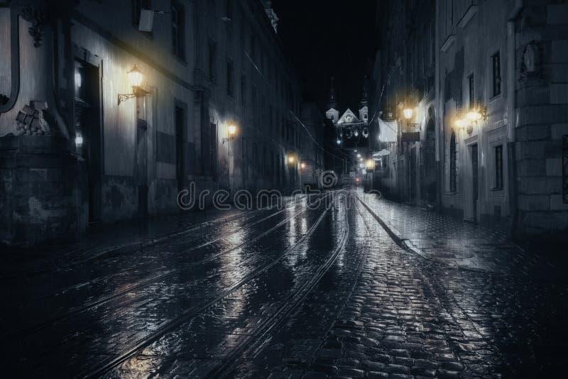Noche lluviosa en ciudad vieja fotos de archivo