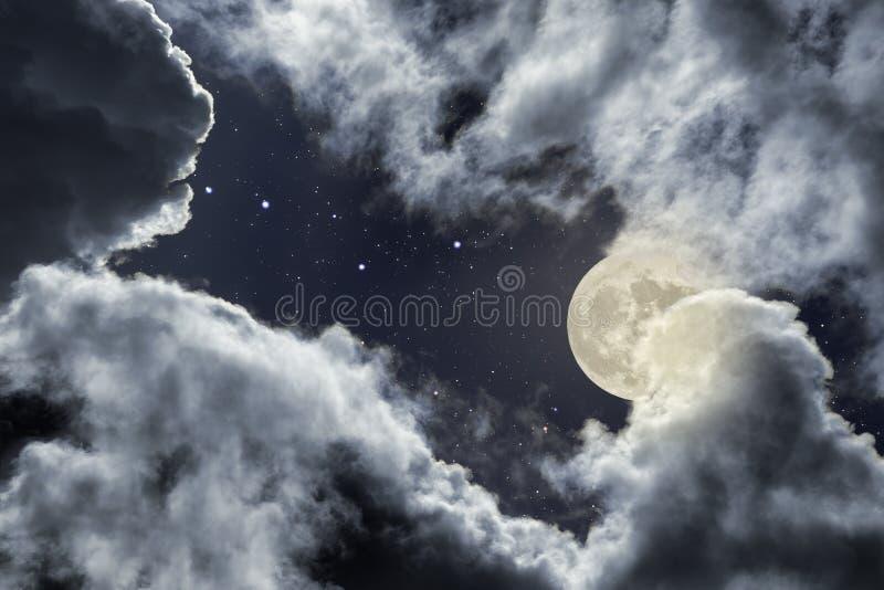 Noche nublada de la Luna Llena ilustración del vector