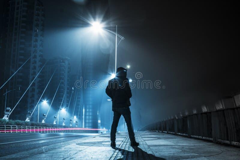 Noche oscura solitaria en el puente fotografía de archivo libre de regalías