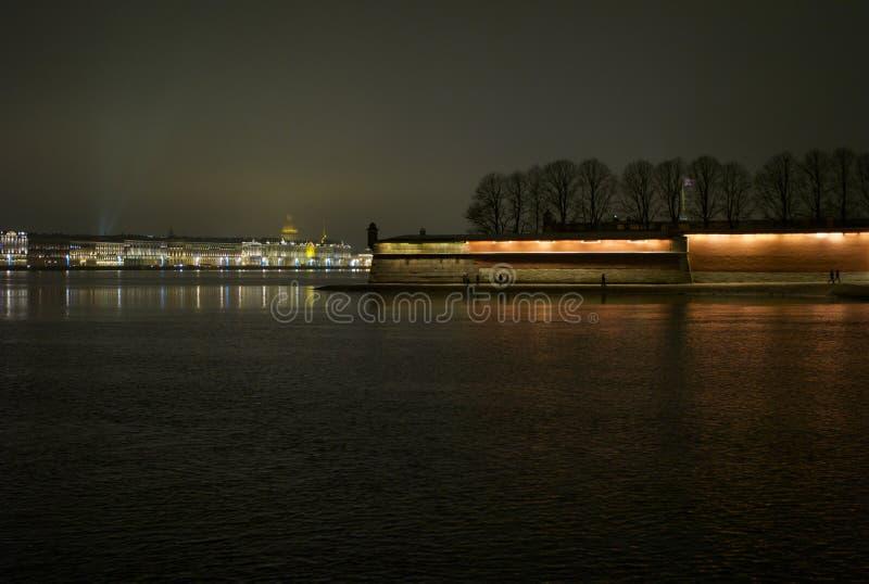 Noche-paisaje urbano romántico de St Petersburg foto de archivo