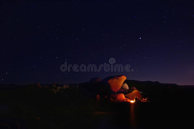 Noche que acampa en Joshua Tree National Park fotografía de archivo libre de regalías