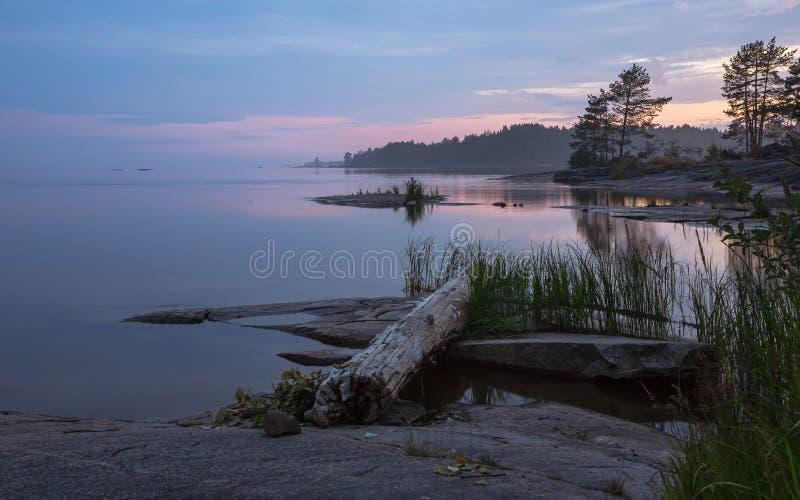 Noche septentrional del verano sobre Rocky Islands In The Lake foto de archivo libre de regalías