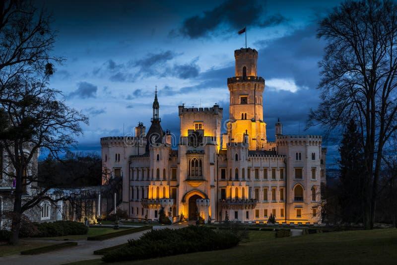 Noche sobre el castillo Hluboka nad Vltavou en República Checa foto de archivo