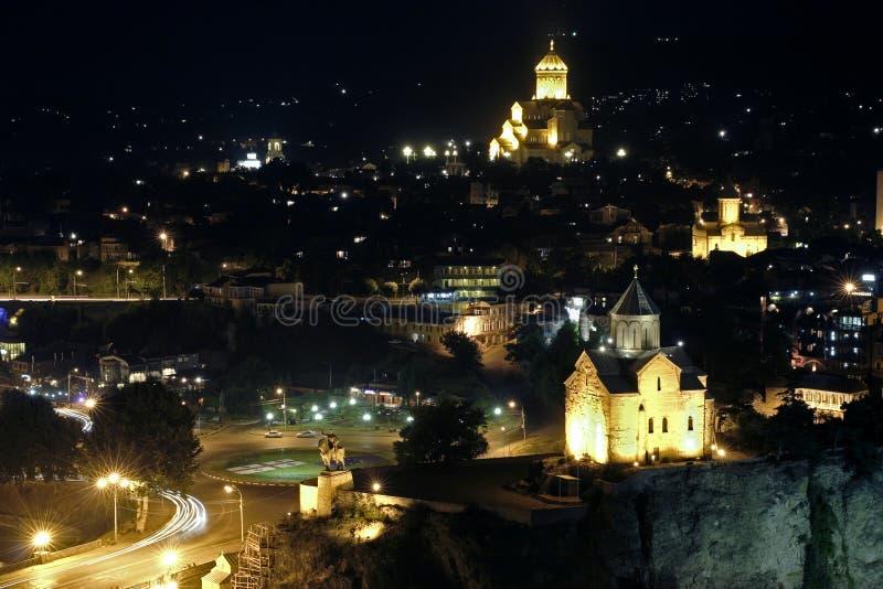 Noche Tbilisi. Iglesias de Metekhi y de Sameba. imágenes de archivo libres de regalías