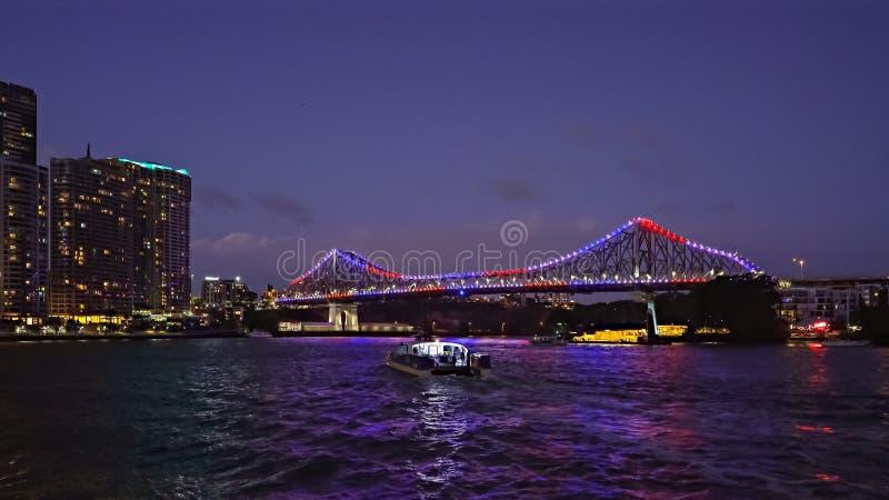 Noche tirada del puente y del transbordador de la historia en Brisbane, Australia según lo visto del banco del norte fotografía de archivo