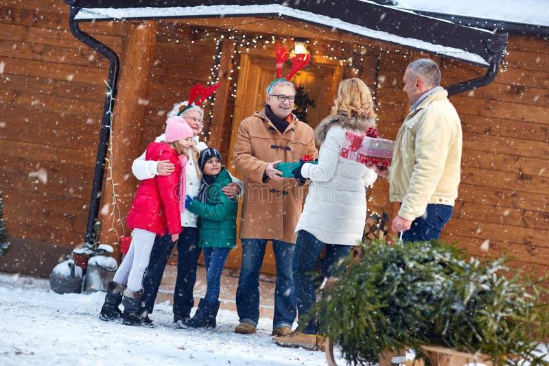 Nochebuena - familia, regalos, día de fiesta, estación y gente fotografía de archivo libre de regalías