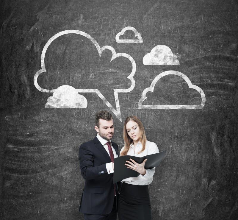 Nochmals prüfen der wesentlichen Informationen über Geschäftsprojekt Ein Paar in der Abendtoilette halten das schwarze Dokument f stockfoto