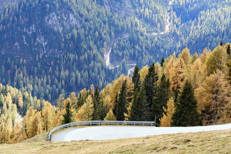 Nockalmweg in het nationale park Nockberge Carinthia, Oostenrijk stock afbeelding