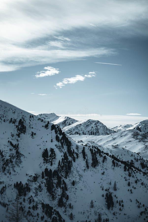 Nocky berg i Österrike under solnedgång Vinterunderland i fjällängarna royaltyfri foto