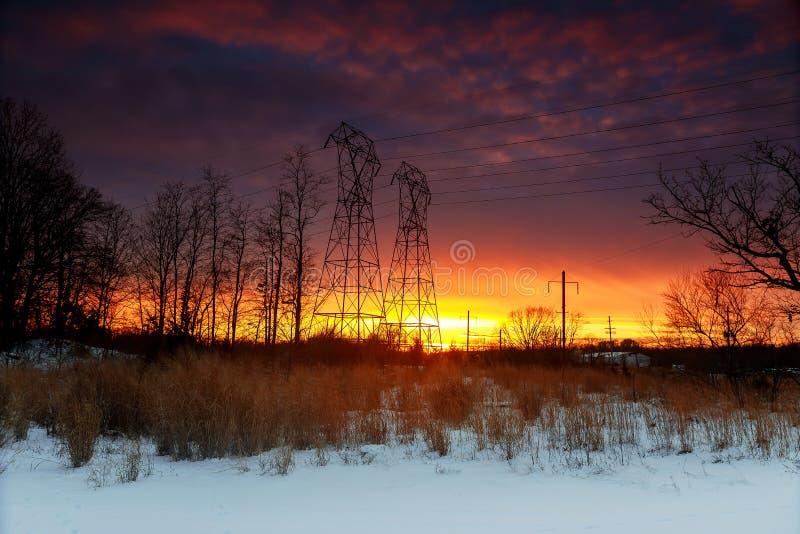 Nocne niebo chmurnieje zmierzch linie energetyczne zdjęcia royalty free