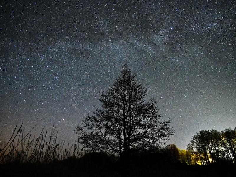 Nocne niebo drogi mlecznej i gwiazd obserwować gwiazdozbiory, Perseus i andromed zdjęcia royalty free