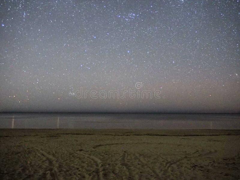 Nocne niebo gra g??wna rol?, Pleiades otwarty gwiazdowy grono M45 w Taurus gwiazdozbiorze zdjęcia stock