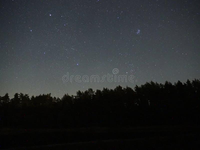 Nocne niebo gwiazdy, obserwować, Auriga i Pleiades fotografia stock