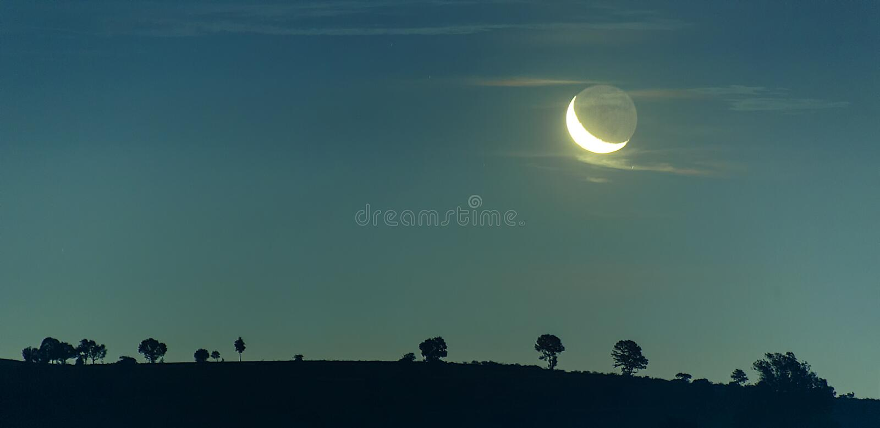 Nocne niebo krajobraz i księżyc, gwiazdy zdjęcie stock