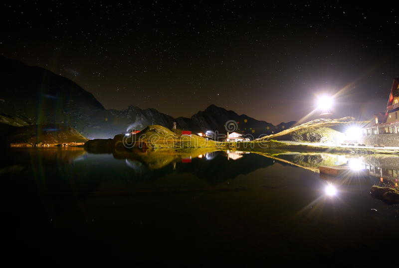 Nocne niebo nad Balea jeziorem, Transylvanian Alps, Rumunia obrazy royalty free