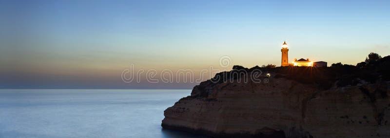 Nocne niebo nad latarnia morska obrazy royalty free