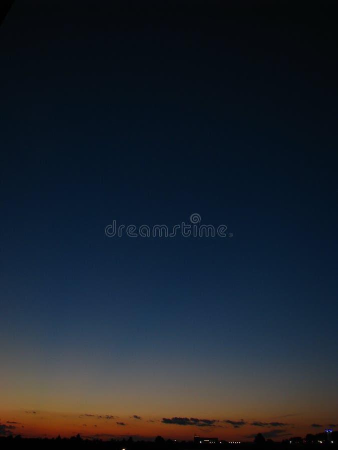Nocne niebo nad miastem fotografia stock