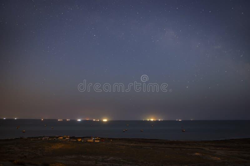 Nocne niebo nad wioską rybacką fotografia royalty free