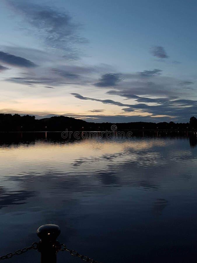 Nocne niebo przy brzeg jeziora zdjęcia royalty free