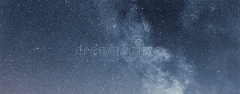 Nocne niebo z b?yszcz?cymi gwiazdami, drogi mlecznej galaxy zdjęcie royalty free