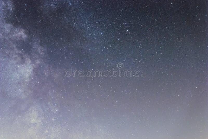 Nocne niebo z b?yszcz?cymi gwiazdami, drogi mlecznej galaxy zdjęcia stock