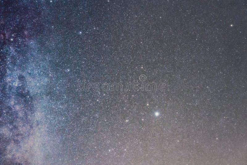 Nocne niebo z b?yszcz?cymi gwiazdami, drogi mlecznej galaxy obraz stock