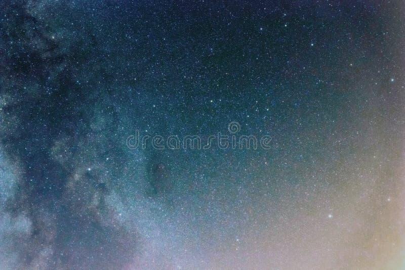Nocne niebo z b?yszcz?cymi gwiazdami, drogi mlecznej galaxy obrazy stock