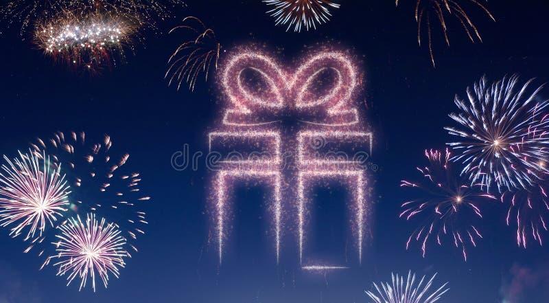 Nocne niebo z fajerwerkami kształtującymi jako prezent serifs ilustracja wektor
