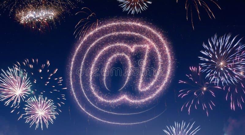Nocne niebo z fajerwerkami kształtującymi jako przy symbolem serifs ilustracji