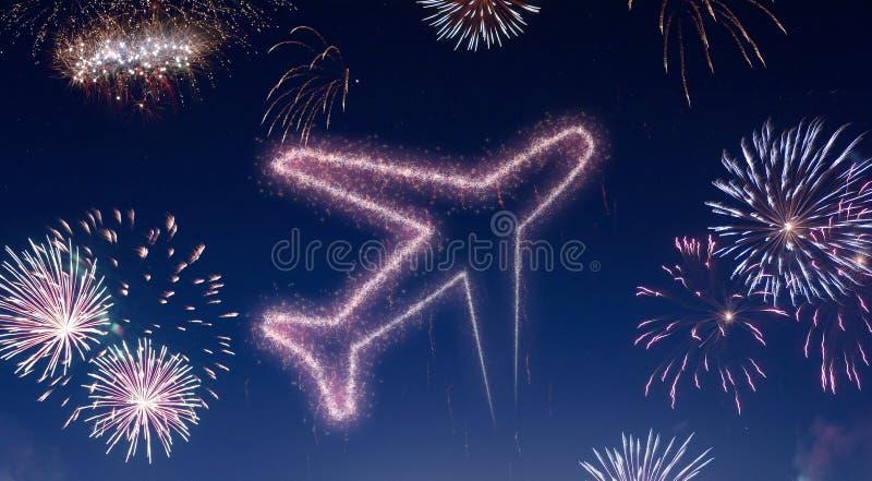 Nocne niebo z fajerwerkami kształtującymi jako samolot serifs obrazy stock