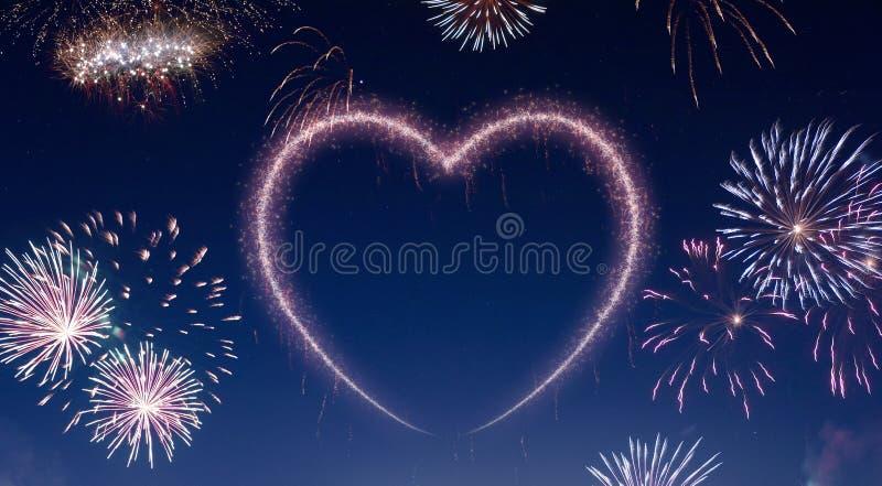 Nocne niebo z fajerwerkami kształtującymi jako serce serifs ilustracja wektor