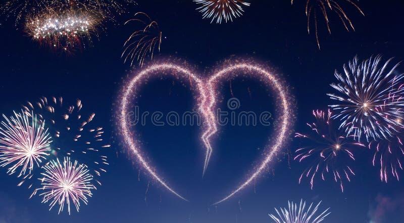 Nocne niebo z fajerwerkami kształtującymi jako złamane serce serifs ilustracji