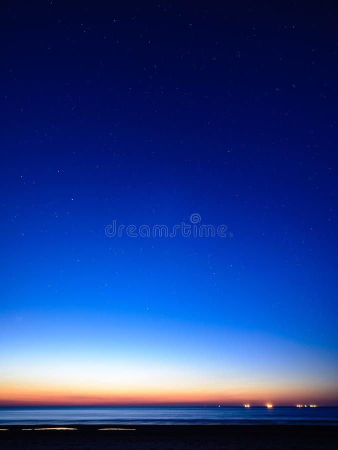 Nocne niebo z gwiazdami i Milky sposobem zdjęcie stock