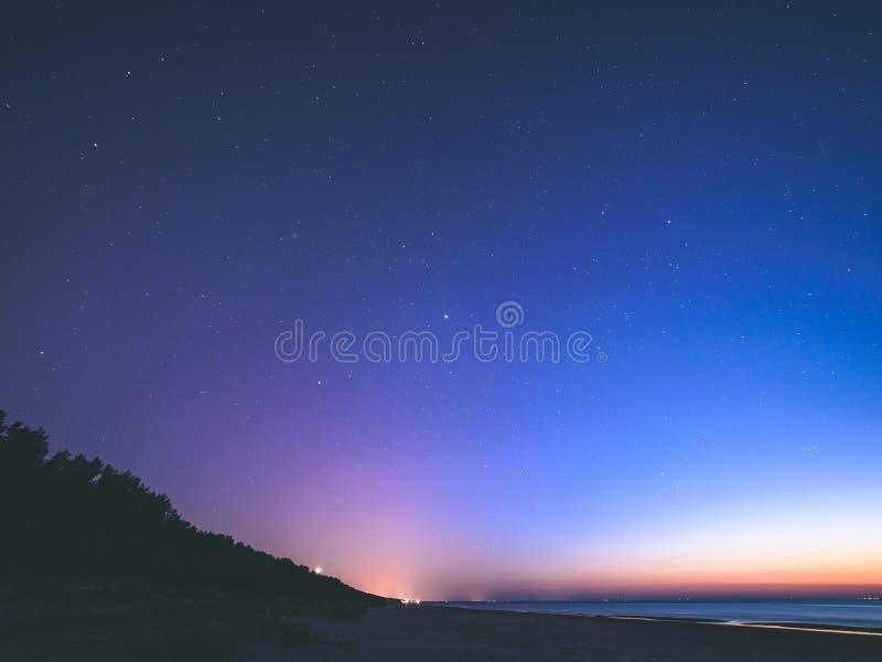 nocne niebo z gwiazdami i milky sposobem - rocznika stary spojrzenie obraz royalty free
