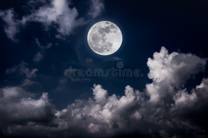 Nocne niebo z jaskrawym księżyc w pełni i chmurny, spokój natury plecy fotografia royalty free
