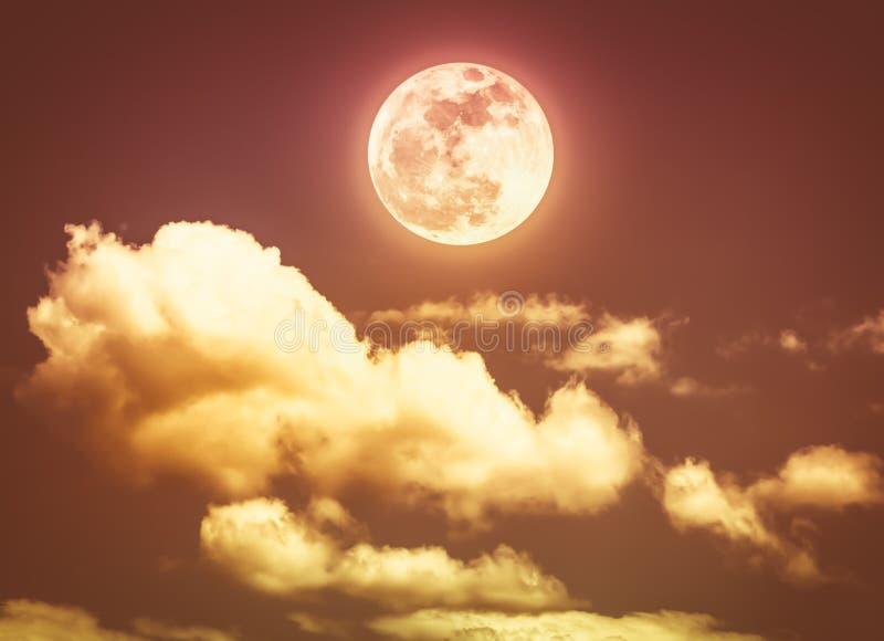 Nocne niebo z jaskrawym księżyc w pełni, spokój natury tło Sep obrazy royalty free
