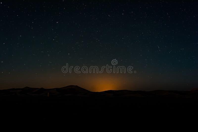 Nocne niebo z lekkim zanieczyszczeniem nad diuna erg Chebbi blisko Merzouga, Maroko zdjęcie stock