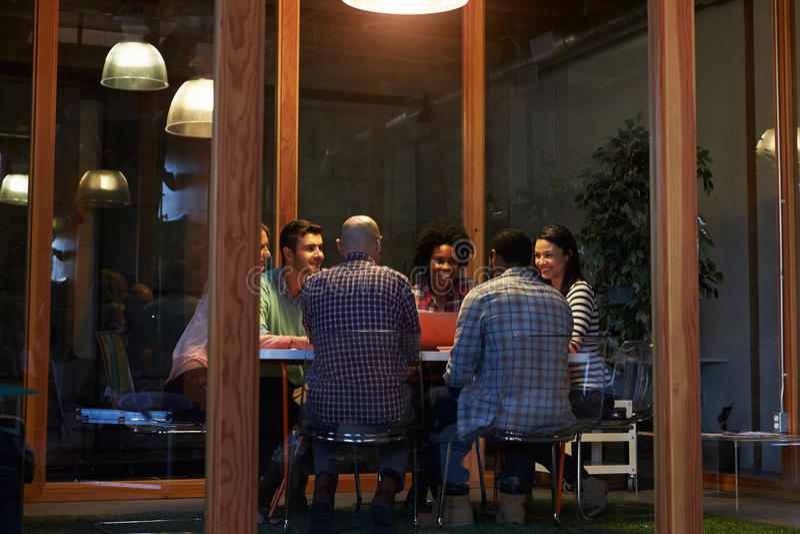 Nocny spotkanie Wokoło stołu W projekta biurze fotografia stock
