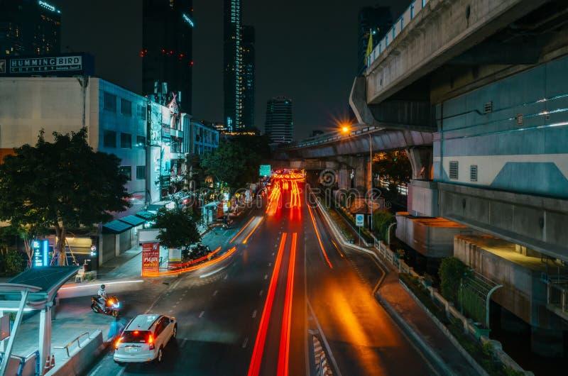 Nocny strzał podświetlający poruszające się samochody na drodze ekspresowej w Bangkoku, Tajlandia fotografia royalty free