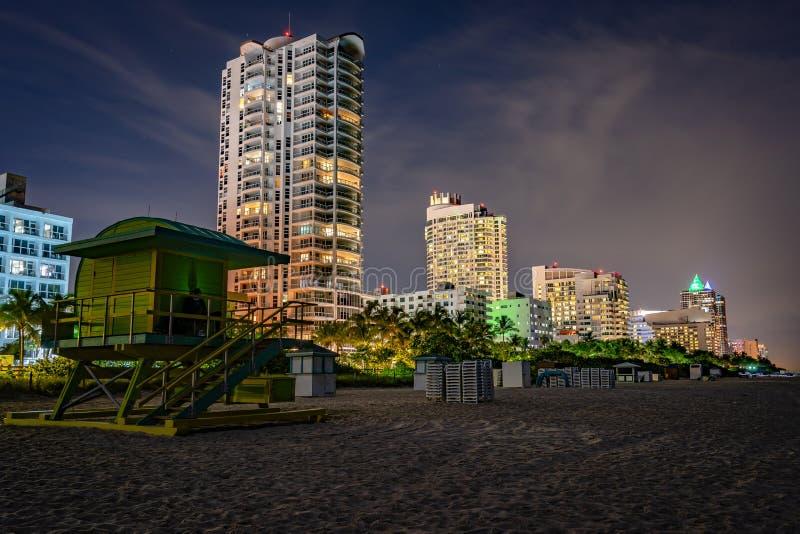 Nocny strzał z posterunku Mid Beach Miami zdjęcia stock