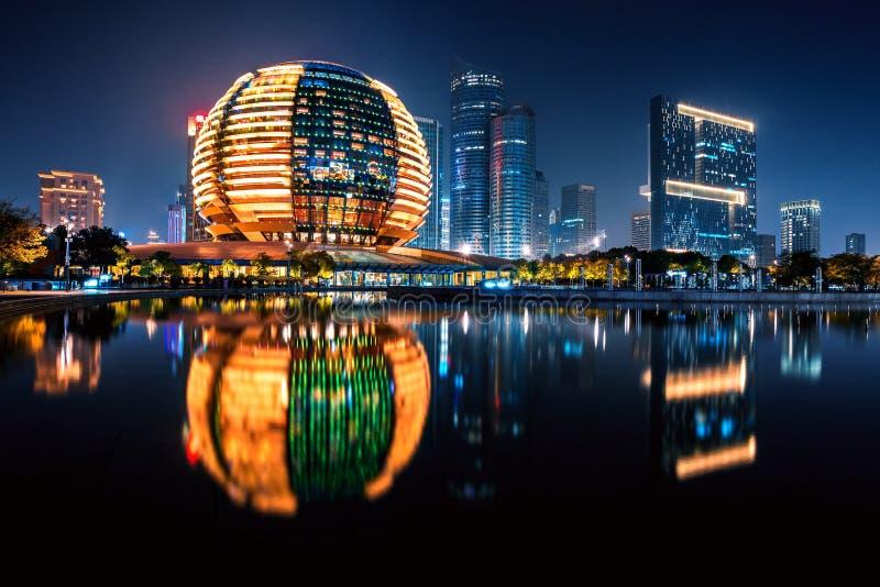 Nocny widok z nowego miasta Qianjiang z refleksją, Hangzhou, Zhejiang, Chiny fotografia royalty free