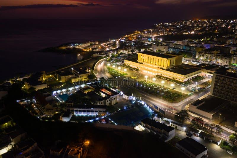 Nocny widok z powietrza na Praia City w Santiago na Wyspy Zielonego Przylądka Cabo Verde zdjęcie stock