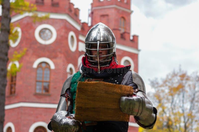 Nocny wojownik ogłasza przemowę w mediach o średniowiecznej historii walki obraz royalty free