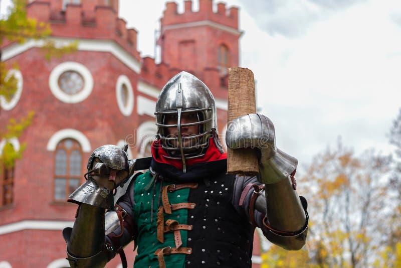 Nocny wojownik ogłasza przemowę w mediach o średniowiecznej historii walki zdjęcie stock
