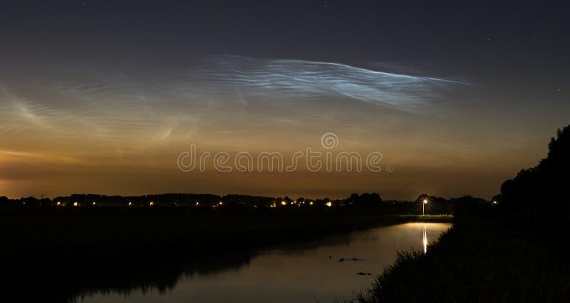 Noctilucent moln över en kanal i Nederländerna fotografering för bildbyråer