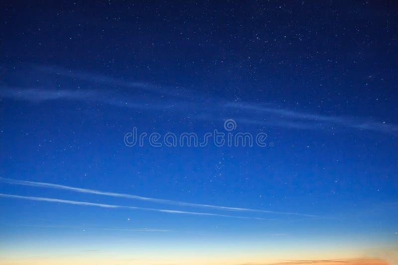 Noctilucent moln för sällsynt himmelskt fenomen arkivfoto