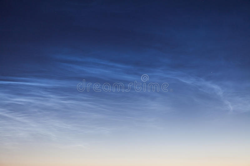 Noctilucent wolk NLC, nachtwolken, cloud-like fenomenen in mesosphere stock afbeeldingen