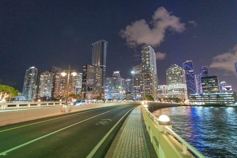 Nocy światła Brickell Wpisują budynki od mosta obraz royalty free