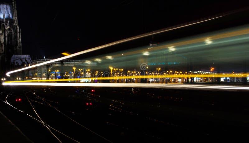 Nocy światła ruchu z tracer, Kolonia, Niemcy zdjęcie royalty free