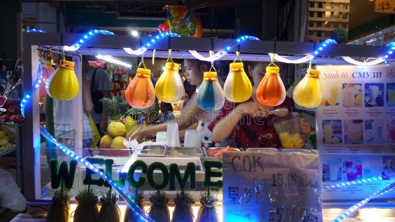 Nocy życie na ulicznym Nha Trang mieście obrazy royalty free